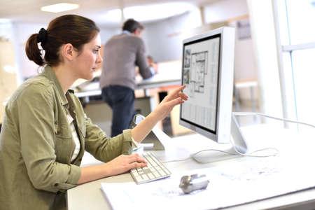 Industrieel ontwerper werken op desktop computer Stockfoto