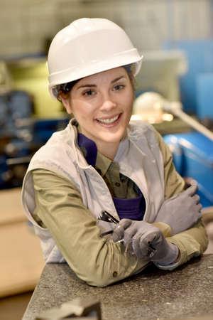 mujer trabajadora: Retrato de los trabajadores del metal que se coloca en el taller Foto de archivo