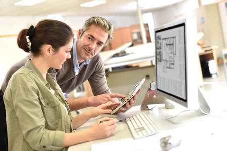 Ingénieurs travaillant ensemble dans le bureau de conception Banque d'images - 50631080