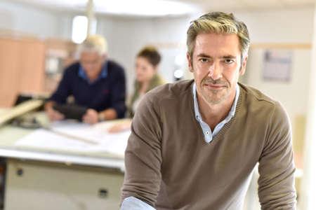 Uomo d'affari in piedi in ufficio di progettazione