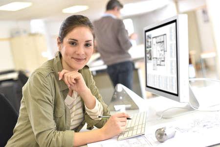 Industrieel ontwerper werken op desktop computer