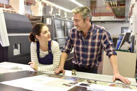 Man werken met een leerling in drukkerij