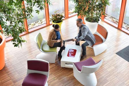 Geschäftsleute, die im Tagungsbereich sammeln Standard-Bild