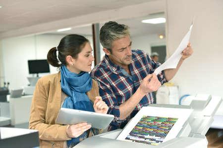 impresión: Cliente en imprenta el control de trabajos antes de la impresión final Foto de archivo