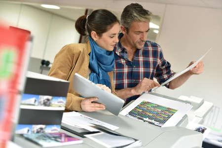 Kunden in der Druckerei steuern Arbeit vor dem endgültigen Drucken Standard-Bild - 50961622
