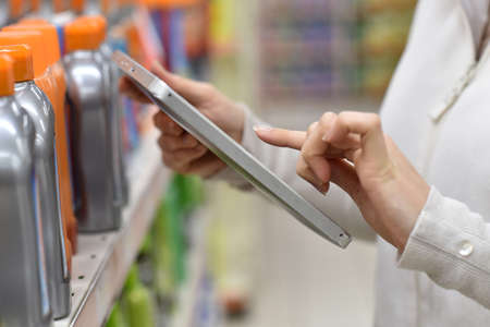 inventario: Merchandiser productos disponibles comprobando con tabletas digitales