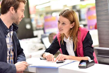 Location de voiture assistant donnant des informations au client