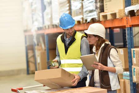 Store manager met warehouseman controleren van voorraadniveaus Stockfoto - 51881988