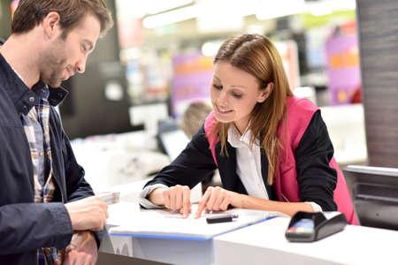vendedor: asistente de alquiler de coches dar información a los clientes