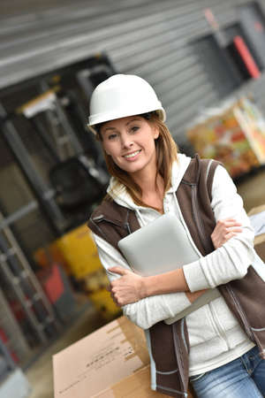 transnational: Store manager controlling store in warehouse