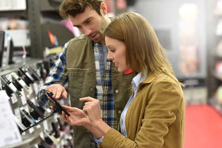 Grand magasin vendeur aider le client à l'achat nouveau téléphone Banque d'images - 51881883