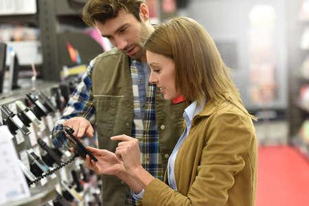 Warenhuis verkoper assisteren de klant met het kopen van nieuwe telefoon Stockfoto - 51881883