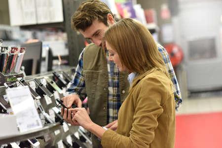 equipos: Tienda por departamentos vendedor ayudar a los clientes con la compra de nuevo teléfono