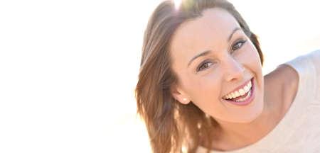 mujer alegre: Retrato de mujer natural alegre con el pelo largo