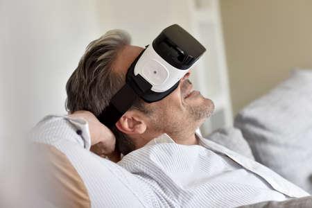 Primer del hombre usando casco de realidad virtual, máscara VR