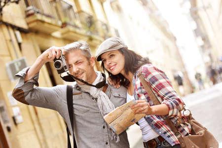 Paar van de toeristen nemen van foto's in een historische omgeving Stockfoto