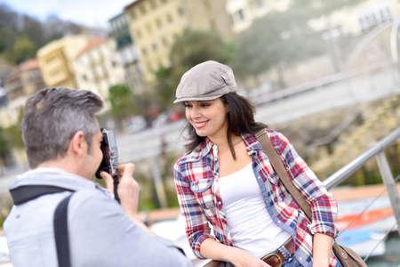 L'uomo che scatta foto di fidanzata, viaggio di fine settimana Archivio Fotografico