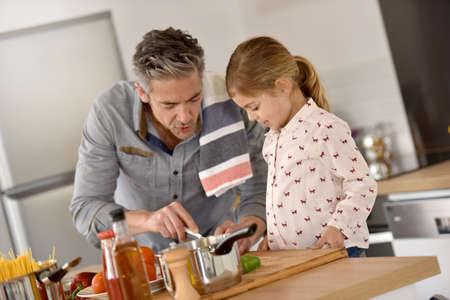 Vader met meisje samen koken in de keuken Stockfoto - 54112166