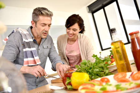 Couple ayant amusant âge moyen cuisine ensemble Banque d'images - 54112222