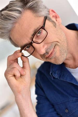 hombres maduros: Retrato de hombre maduro guapo con gafas