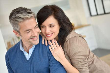 parejas romanticas: pareja de mediana edad que se abrazan