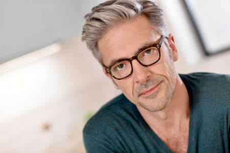 안경을 가진 잘 생긴 성숙한 남자의 초상화 스톡 콘텐츠
