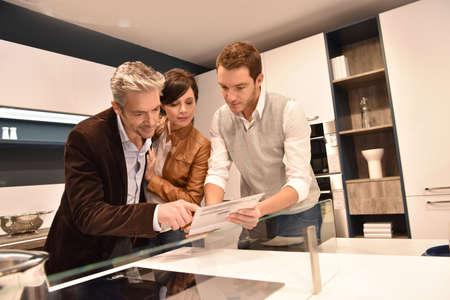 Keukenmeubelen verkoper het geven van advies te koppelen Stockfoto - 54120928
