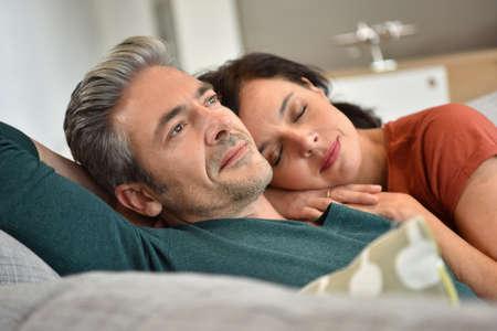 hombres maduros: pareja de mediana edad de descanso juntos en el sofá