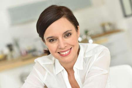 Retrato de la atractiva mujer de 40 años de edad en el hogar