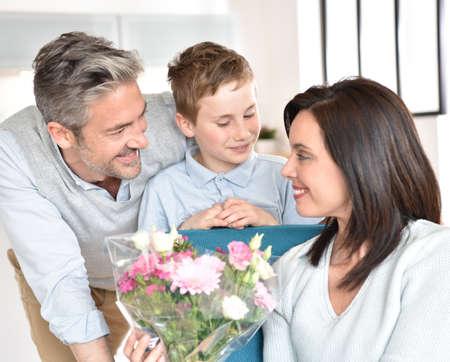mom dad: Papá con el hijo el día de la celebración de la madre