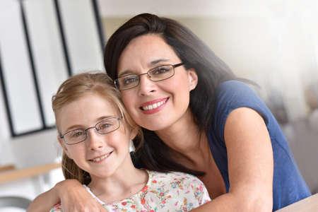 Retrato de la madre y la hija con gafas