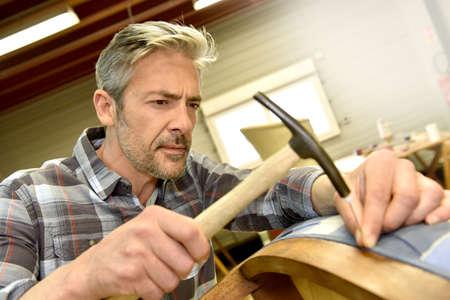 hombres maduros: Hombre que trabaja en el taller de tapicería Foto de archivo