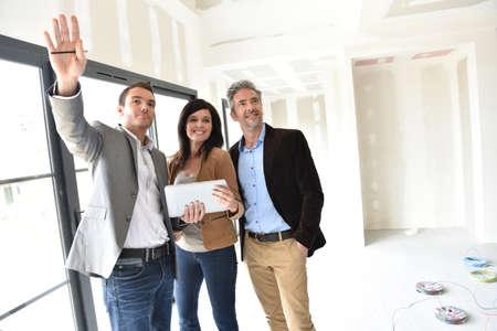 Paare mit Immobilienmakler Haus im Bau zu besuchen Standard-Bild - 55299248