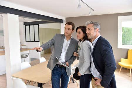 Ouder echtpaar met een makelaar een bezoek aan nieuw huis Stockfoto