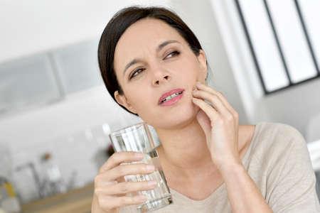 dolor de muelas: La mujer madura tiene dolor de muelas