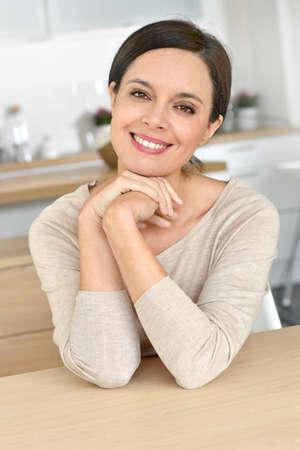 mooie vrouwen: Portret van aantrekkelijke 40-jarige vrouw