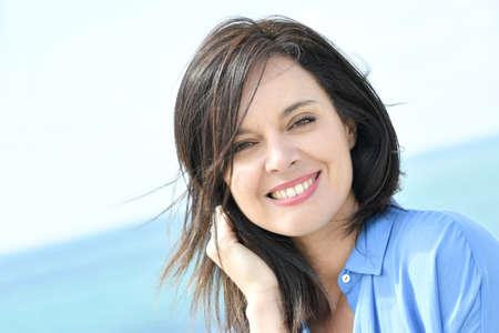Retrato de mujer atractiva en camisa azul