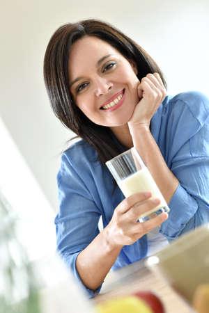 tomando leche: Retrato de la mujer madura leche de consumo Foto de archivo
