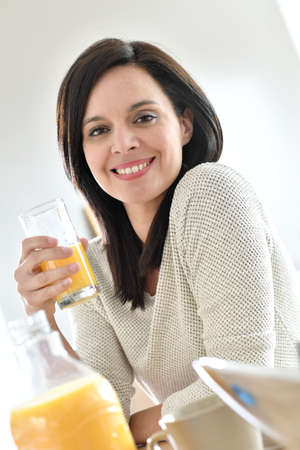 tomando jugo: Retrato de la mujer madura beber jugo de naranja Foto de archivo