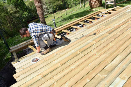 Bâtiment Carpenter terrasse en bois Banque d'images - 56490295