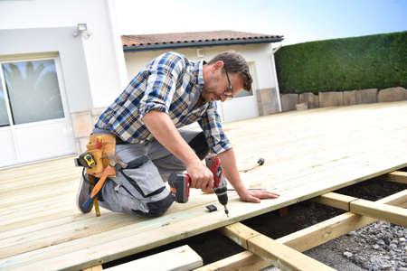 Carpintero construyendo deck de madera