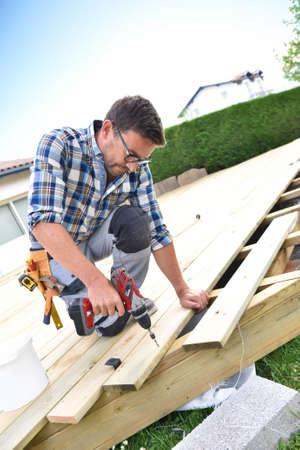 cubierta de madera de construcción del carpintero