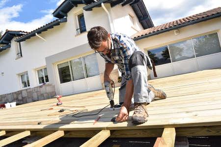 Bâtiment Carpenter terrasse en bois Banque d'images - 56547611