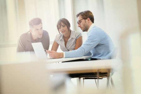 Mensen uit het bedrijfsleven samen te werken in de vergaderzaal