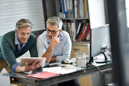 Mensen uit het bedrijfsleven in het kantoor vergadering voor project