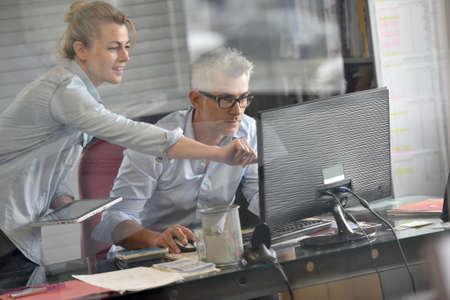 Bizneswoman konsultacyjny kierownik w biurze