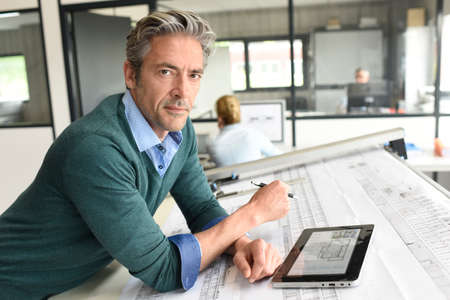 Architetto che lavora sul progetto in ufficio