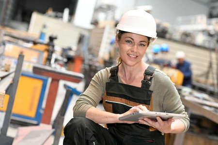 mujer trabajadora: Mujer del ingeniero en la producción de almacén de comprobación