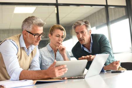 Zakenmensen in een vergadering met behulp van tablet