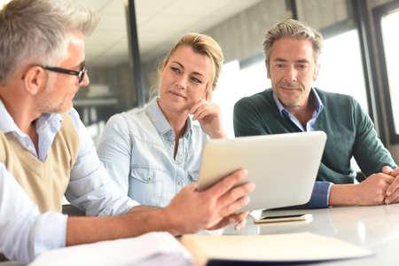 Geschäftsleute in einer Sitzung mit dem Tablet Standard-Bild - 57177258